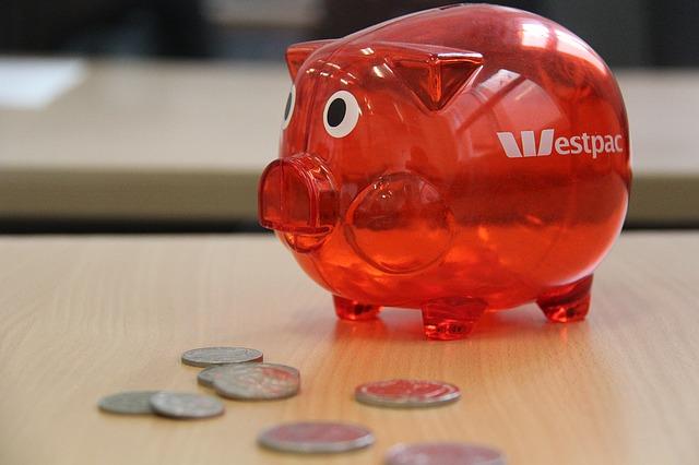 červené prasátko, mince, stůl