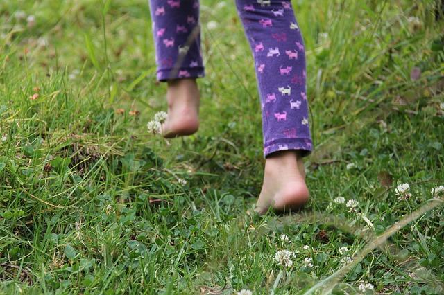 bosé běhání v trávě