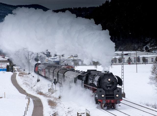 parní lokomotiva s vagónky v zimní krajině