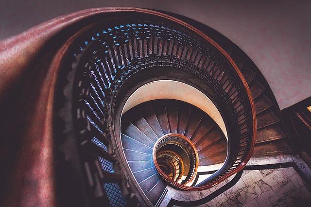 točité schodiště v hotelu